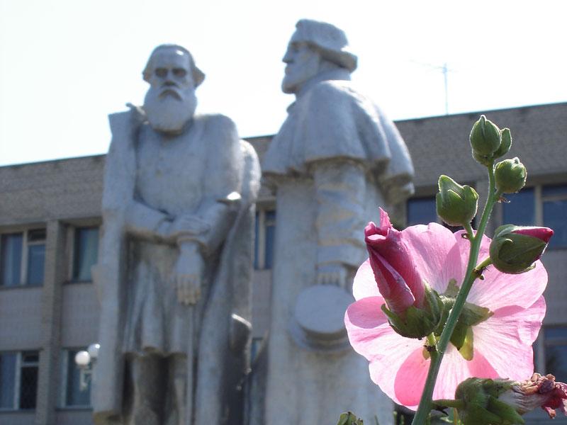 Памятник Толстому и Тургеневу в пос.Чернь
