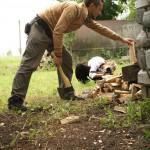 отдых в деревне, экотуризм, деревня Бежин Луг, Володя колет дрова, фототур по Тургеневским местам