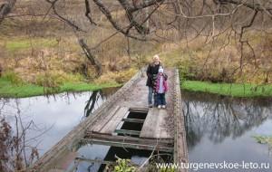 Отдых в деревне   поездка на выходные   Бежин Луг осенью   мостик через речку Снежедь